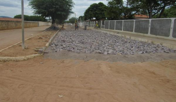 Imagens da Prefeitura inicia obras de calçamentos em ruas de Boa Vista do Tupim