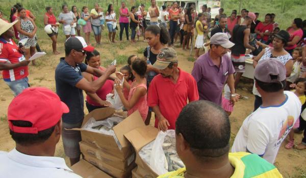 Imagens da Prefeitura distribui peixes à comunidade Vila da Reconstrução