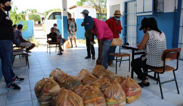 Imagens da 500 Cestas Básicas doadas no município