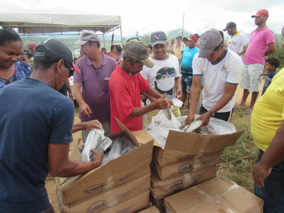 Prefeitura distribui peixes à comunidade Vila da Reconstrução