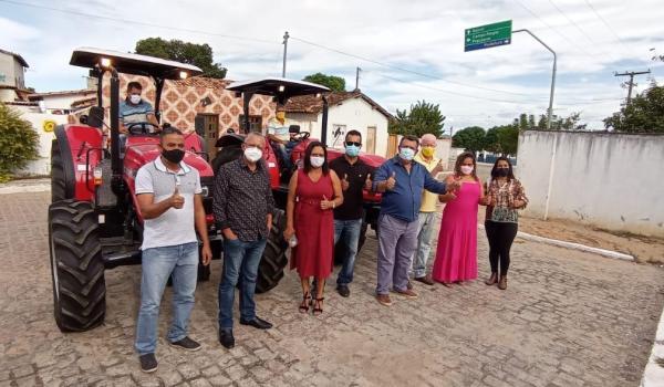 Prefeitura entrega dois tratores aos pequenos produtores rurais do município